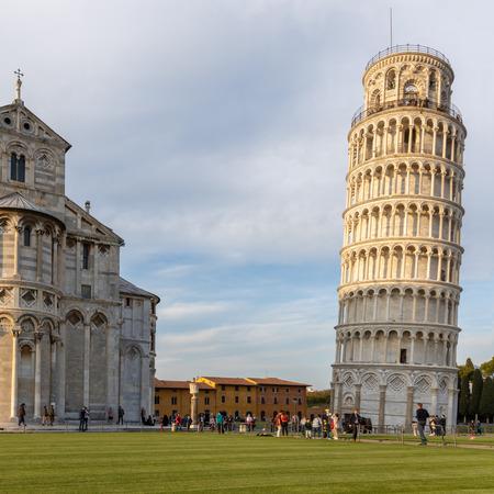 Zewnętrzny widok na Krzywą Wieżę i katedrę w Pizie Liguria we Włoszech. niezidentyfikowani ludzie
