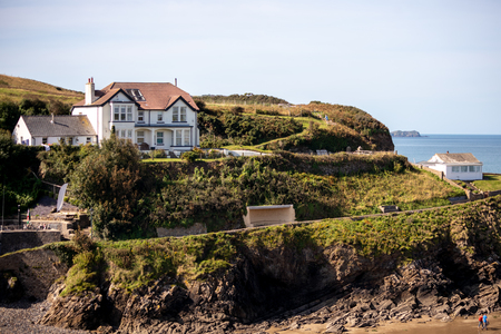 LITTLE HAVEN, PEMBROKESHIRE/UK - SEPTEMBER 14 : View of a house on the headland at Little Haven Pembrokeshire on September 14, 2019. Unidentified people Éditoriale