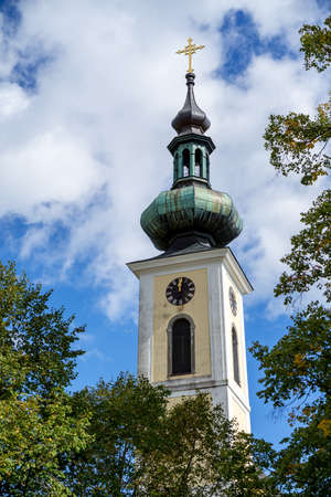 ATTERSEE, SALZKAMMERGUT/AUSTRIA - SEPTEMBER 18 : View of the parish and pilgrimage church Maria Attersee  tower in Attersee on September 18, 2017 新闻类图片
