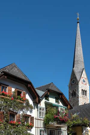 HALLSTATT, SALZKAMMERGUT/AUSTRIA - SEPTEMBER 14 : View of the Evangelical Parish Church spire in Hallstatt on September 14, 2017 免版税图像 - 150130122