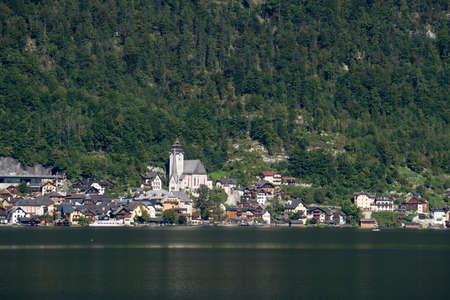 HALLSTATT, SALZKAMMERGUT/AUSTRIA - SEPTEMBER 14 : View of the properties around the Lake at Hallstatt on September 14, 2017 免版税图像 - 150302163