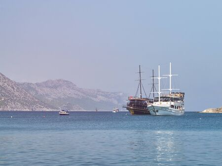 Yates de crucero náutico en la bahía del mar Mediterráneo. Embarcaciones de crucero de recreo marino en la tarde soleada. Tisan, provincia de Mersin, Turquía Foto de archivo
