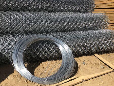 Metallmaschennetze zu Rollen und Spulen aus Stahldraht gerollt. Gerollter Maschendrahtzaun.