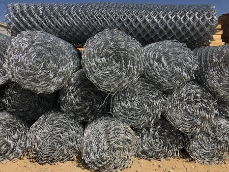 Gerollter Maschendrahtzaun. In Rollen gerollte Metallmaschennetze.