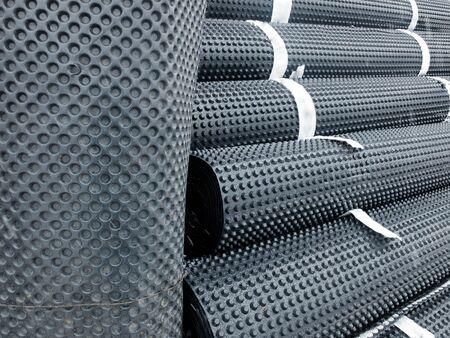 Des tas de membrane d'étanchéité enroulée attachés avec du ruban adhésif. Banque d'images