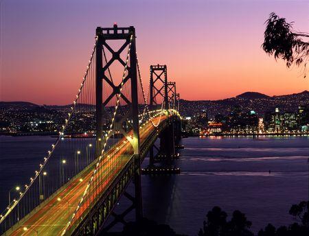 ile au tresor: San Francisco et le Bay Bridge durant le coucher du soleil, comme on l'a vu de l'�le au tr�sor.