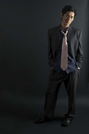 japenese: Un modelo masculino de Asia en ropas ocasionales elegantes