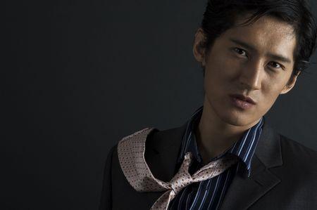 japenese: Un grave el futuro modelo asi�tico flicks su empate por encima de su hombro  Foto de archivo