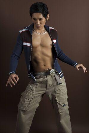 japenese: Un modelo masculino asian en ropa casual expone su torso
