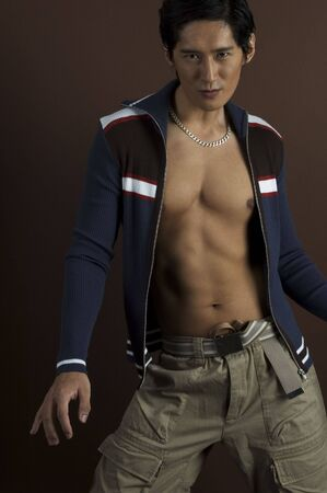japenese: Un modelo asi�tico masculino en ropas ocasionales