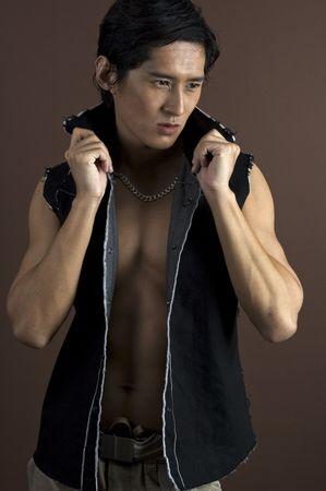 japenese: Un modelo masculino asi�tico muscular en un waistcoast negro