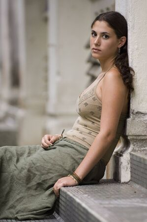 disused: Una hermosa joven modelo se encuentra en los pasos de un antiguo edificio en desuso