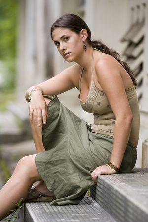 disused: Un modelo joven hermoso se sienta en los pasos de un edificio averiado