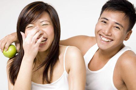 curare teneramente: Una coppia asiatica sembrante sana ripartisce uno scherzo