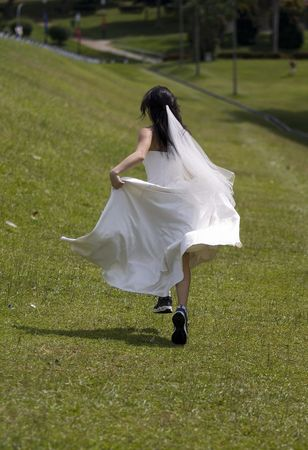 flee: A woman in a wedding dress runs away in training shoes