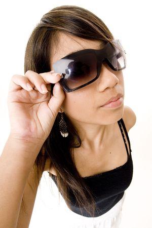 distort: Una mujer joven fresca en gafas de sol de moda en el fondo blanco