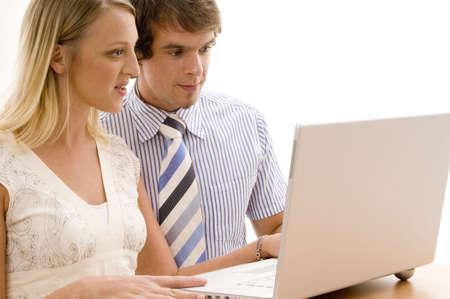 Dos personas jóvenes del negocio usando una computadora de computadora portátil de plata Foto de archivo - 305591