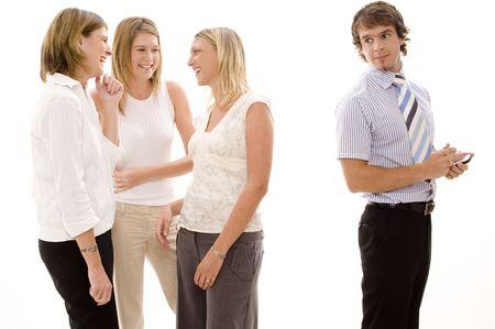 paranoia: Il pettegolezzo del businesswoman tre dietro colleghe maschii sostiene