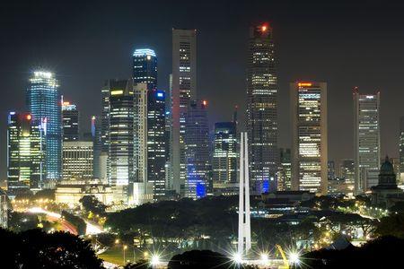 towering: Las torres de rascacielos de Singapur del distrito central de negocios de pie detr�s del monumento conmemorativo de guerra
