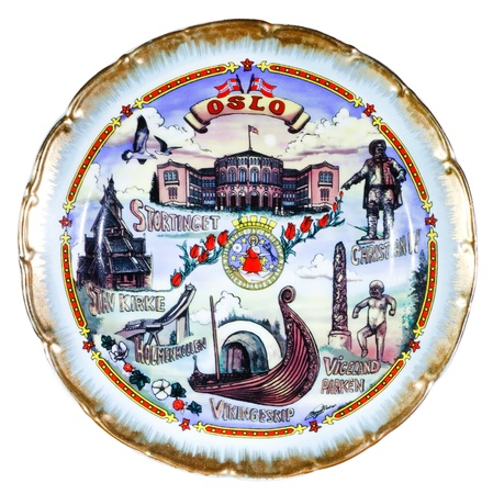 오슬로를 묘사 한 기념품 접시 흰색 배경에 고립