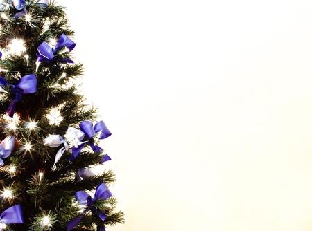 geschmückter Weihnachtsbaum auf weißem Hintergrund