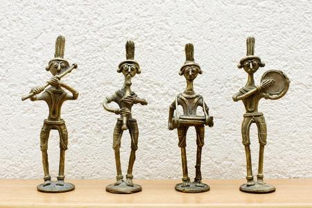 wood figurine: cuatro estatuas africanas contra la pared