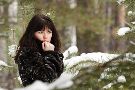 겨울 숲의 배경에 젊은 여자의 초상화