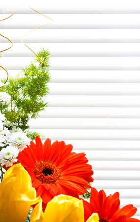 스트라이프 배경에 튤립, gerberas와, 녹지, 야생 꽃, 꽃다발