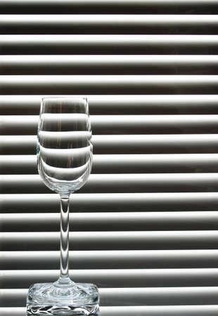 검은 색과 흰색 배경에 빈 와인 글라스