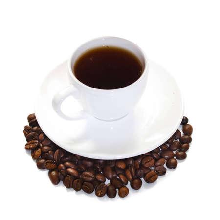 흰색 배경에 원두 커피와 커피 한잔 스톡 사진