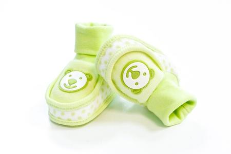 chaussons pour bébés verts avec des points sur un fond blanc