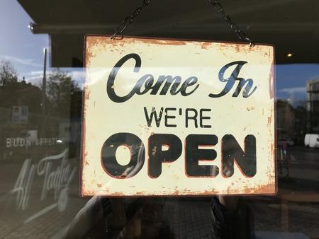 """winkelbord met de tekst """"kom binnen waren open"""""""