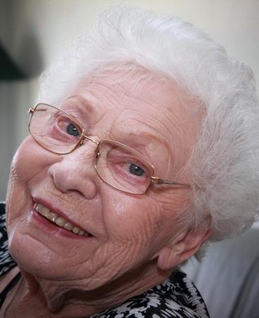 rides: Tir du visage d'une grand-m�re avec le visage rid� et int�ressant pur cheveux blancs