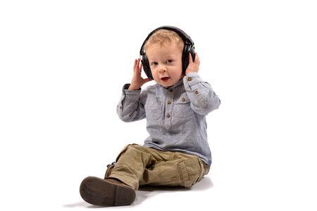 anti noise: bambino con problemi di udito di protezione sulla testa