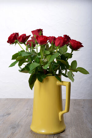 rosas rojas: ramo de rosas rojas en un florero