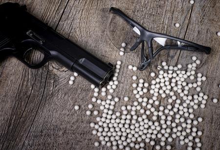 airsoft wapen met glazen en veel kogels Stockfoto