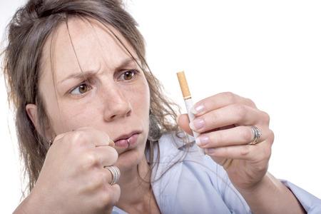decide: mujer joven enojado decide dejar de fumar Foto de archivo