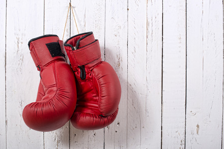 red boxing gloves hanging on the wall Foto de archivo