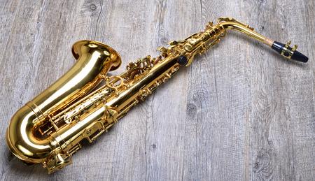 saxofón: Saxofón en la mesa de madera Foto de archivo