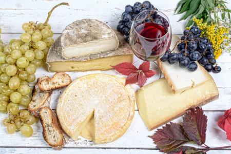 포도주와 포도가있는 프랑스 치즈 플래터