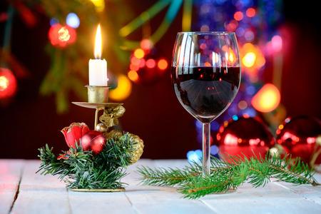 크리스마스 장식과 레드 와인의 유리