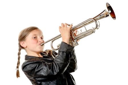 een mooi meisje met een zwarte jas speelt trompet op de witte achtergrond