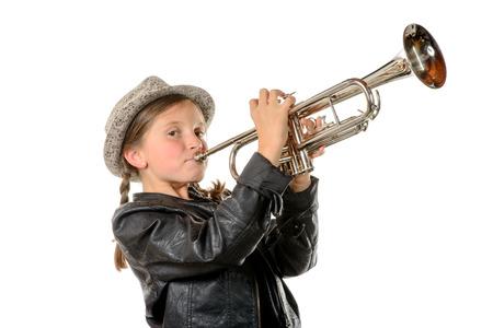 une jolie petite fille avec une veste noire et un chapeau joue de la trompette Banque d'images