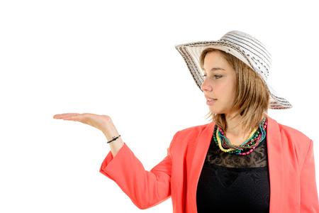 jeune: jeune femme souriante avec chapeau habillé en rose on the white background Stock Photo