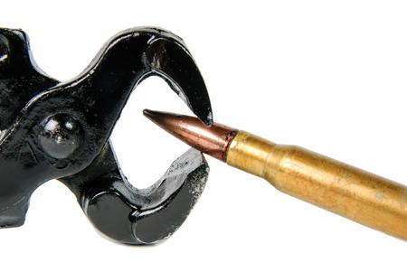 est: enlever une balle de cartouche avec des pinces est dangereux