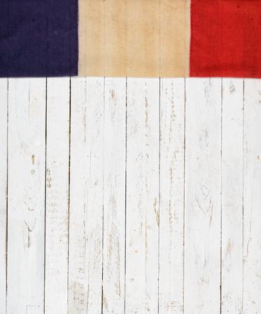 drapeau anglais: Drapeau anglais sur un mur en bois peint en blanc