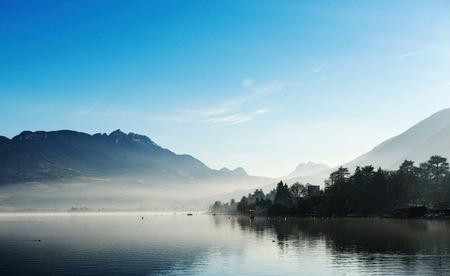 일몰 가을 프랑스 호수에 네