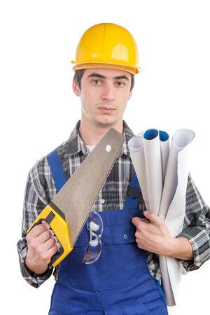 serrucho: trabajador joven con una sierra de mano en el fondo blanco Foto de archivo