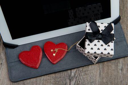 fiestas electronicas: tableta digital con una rosa y un regalo para el d�a de San Valent�n