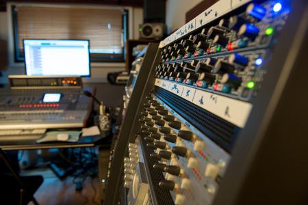 estudio de grabacion: varias mesas de mezclas en un estudio de grabaci�n Foto de archivo